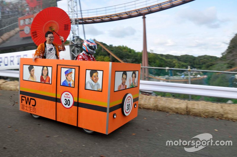 佐藤琢磨がドライブする「いくぜ、人生電車号」
