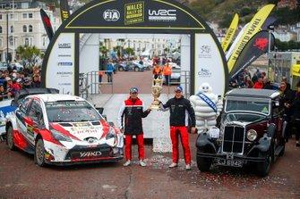 Ott Tänak, Martin Järveoja, Toyota Gazoo Racing WRT Toyota Yaris WRC, avec le trophée