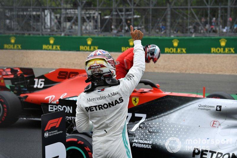 Lewis Hamilton, Mercedes AMG F1, alza il pollice verso i suoi tifosi