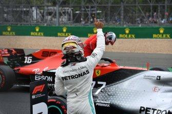 Lewis Hamilton, Mercedes AMG F1, da el visto bueno a sus seguidores en casa