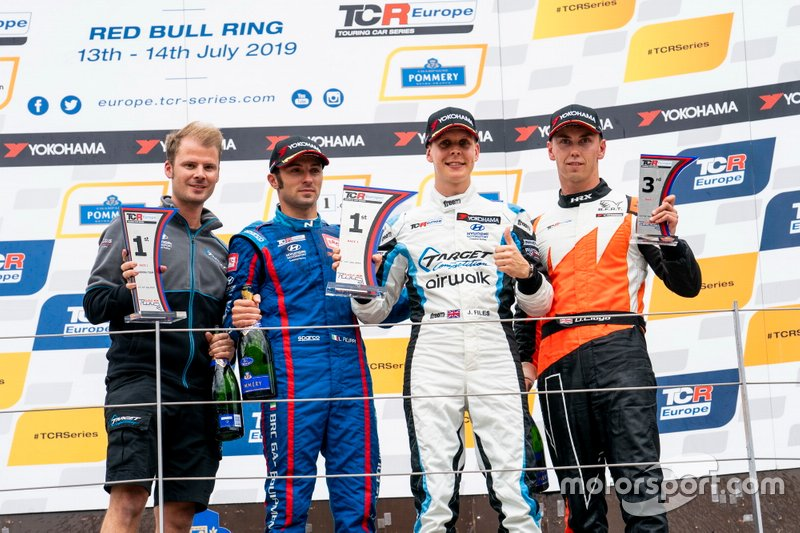 Podio: il vincitore della gara Josh Files, Target Competition Hyundai i30 N TCR, il secondo classificato Luca Filippi, BRC Racing Team Hyundai i30 N TCR, il terzo classificato Daniel Lloyd, Brutal Fish Racing Team Honda Civic Type R