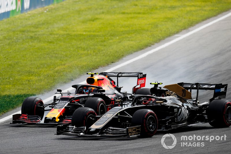 Kevin Magnussen, Haas F1 Team VF-19 and Alex Albon, Red Bull Racing RB15 battle
