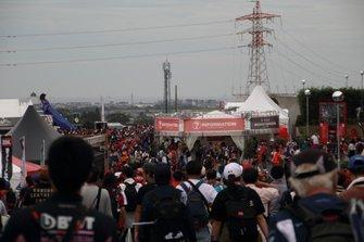 Fans salen del circuito de Suzuka