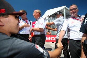 El piloto de Honda Robert Wickens, se prepara para conducir el Arrow Acura NSX, antes de la carrera, Ted Klaus, presidente de Honda Performance Development