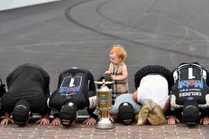1. Kevin Harvick, Stewart-Haas Racing, mit Ehefrau DeLana, Sohn Keelan, Tochter Piper, Rodney Childers und Tony Stewart