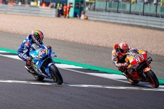 Le vainqueur Alex Rins, Team Suzuki MotoGP, et le second Marc Marquez, Repsol Honda Team, franchissent la ligne d'arrivée