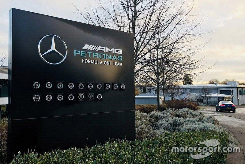 Mercedes AMG F1 Brackley, insegna all'entrata