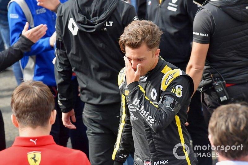 Max Fewtrell, ART Grand Prix, llora al salir de la parrilla después del acto conmemorativo de Anthoine Hubert