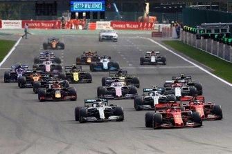 Charles Leclerc, Ferrari SF90, devant Sebastian Vettel, Ferrari SF90, Lewis Hamilton, Mercedes AMG F1 W10, Valtteri Bottas, Mercedes AMG W10 et le reste du peloton