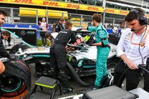 Los mecánicos e ingenieros de Mercedes hacen los preparativos en la parrilla