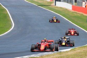 Charles Leclerc, Ferrari SF90, voor Max Verstappen, Red Bull Racing RB15, Sebastian Vettel, Ferrari SF90, en Pierre Gasly, Red Bull Racing RB15