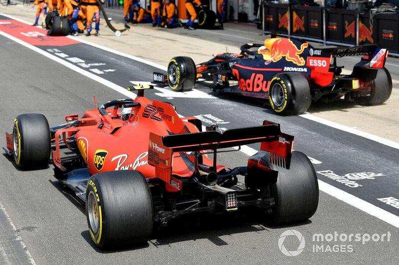 Max Verstappen, Red Bull Racing RB15, e Charles Leclerc, Ferrari SF90, fanno a gara per chi sarà il primo ad uscire dalla pit lane