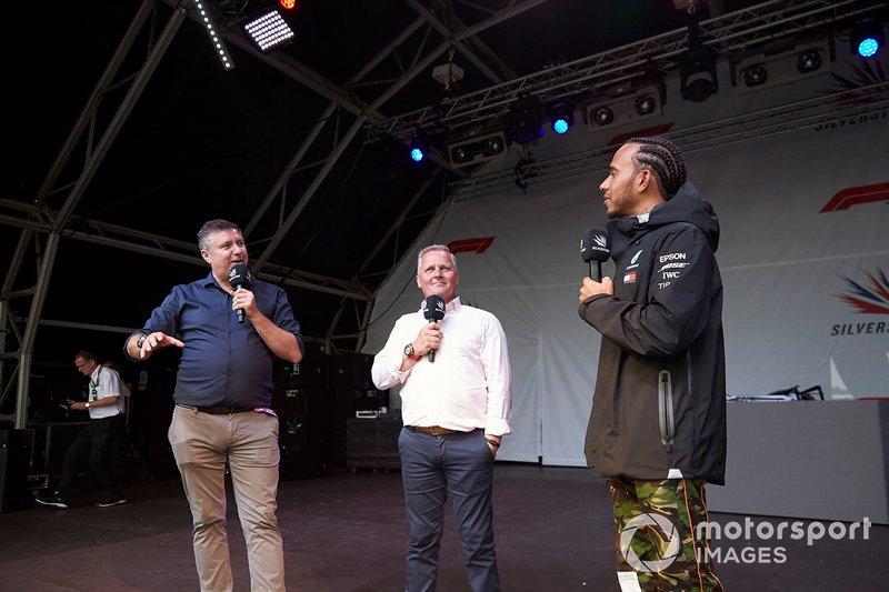David Croft y Johnny Herbert, Sky Sports F1, con Lewis Hamilton, Mercedes AMG F1, en el escenario