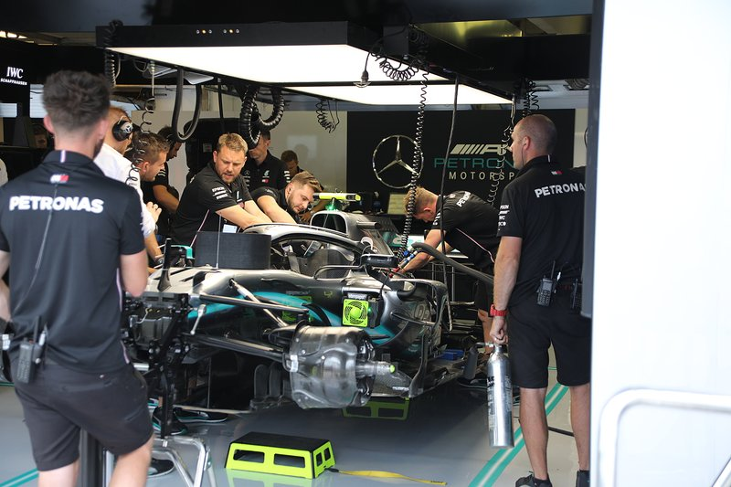 Mercedes AMG F1 W10 in de garage