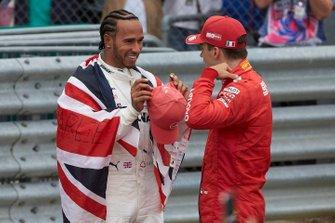 Lewis Hamilton, Mercedes AMG F1, prima posizione, parla con Charles Leclerc, Ferrari, terza posizione, al Parc Ferme