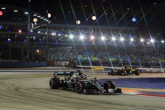 Lewis Hamilton, Mercedes AMG F1 W10 et Kevin Magnussen, Haas F1 Team VF-19