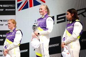 Podio: ganadora Emma Kimilainen, la segunda Alice Powell y el tercera Jamie Chadwick.