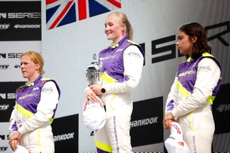 Podium: Race winner Emma Kimilainen, second place Alice Powell, third place Jamie Chadwick