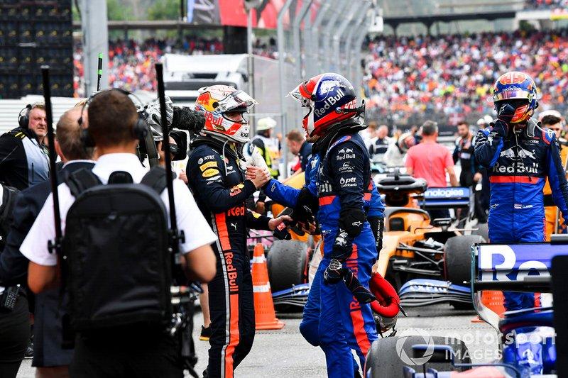 Max Verstappen, Red Bull Racing, 1° classificato, e Daniil Kvyat, Toro Rosso, 3° classificato, si scambiano le congratulazioni dopo la gara