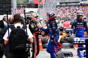 Max Verstappen, Red Bull Racing, 1ª posición, y Daniil Kvyat, Toro Rosso, 3ª posición, se felicitan después de la carrera.