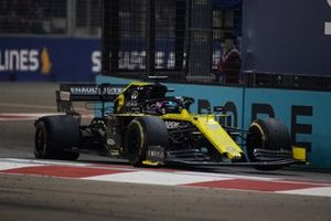 Daniel Ricciardo, Renault F1 Team R.S.19,with a puncture