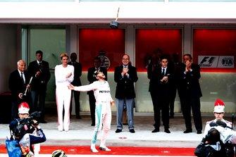 Podio: ganador de la carrera Lewis Hamilton, Mercedes AMG