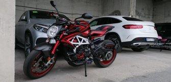 Мотоцикл MV Agusta Brutale 800 RR LH44 Льюиса Хэмилтона в паддоке трассы