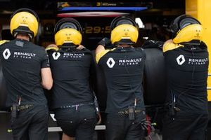 Renault pit crew