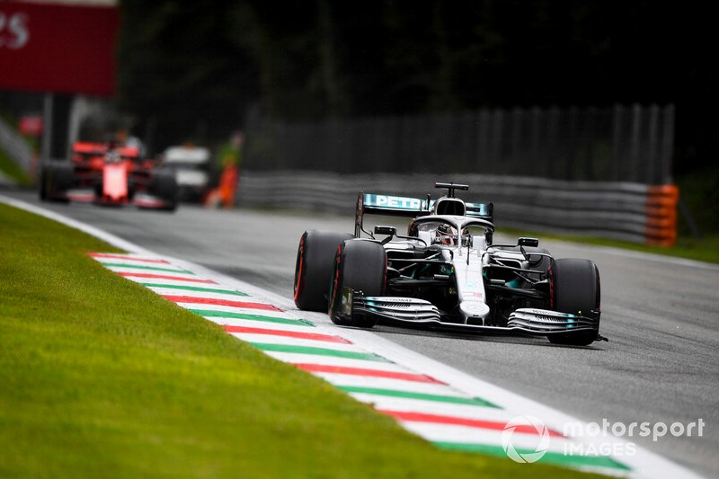 Lewis Hamilton, Mercedes AMG F1 W10 precede Sebastian Vettel, Ferrari SF90