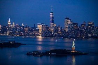 New York skyline in de avond