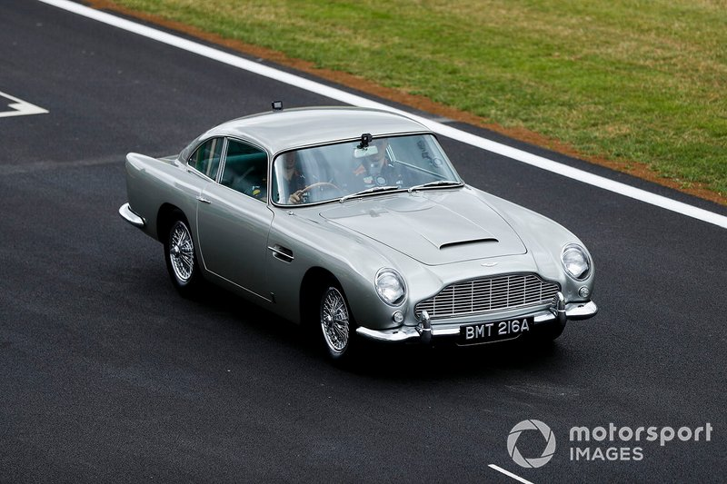 Max Verstappen, Red Bull Racing y Pierre Gasly, Red Bull Racing en el Aston Martin DB5 de James Bond