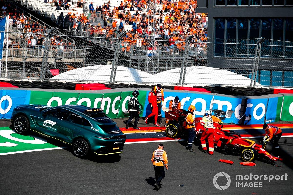 El coche médico Aston Martin DBX recoge a Carlos Sainz Jr. y al Ferrari SF21 tras un accidente