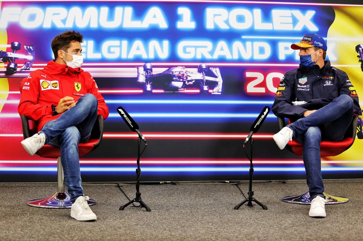 Charles Leclerc, Ferrari, Max Verstappen, Red Bull Racing, en la conferencia de prensa