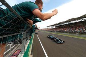 Le deuxième Sebastian Vettel, Aston Martin AMR21, est applaudit par son équipe au passage de la ligne