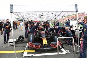 Het Red Bull-team op de startgrid met Max Verstappen, Red Bull Racing RB16B