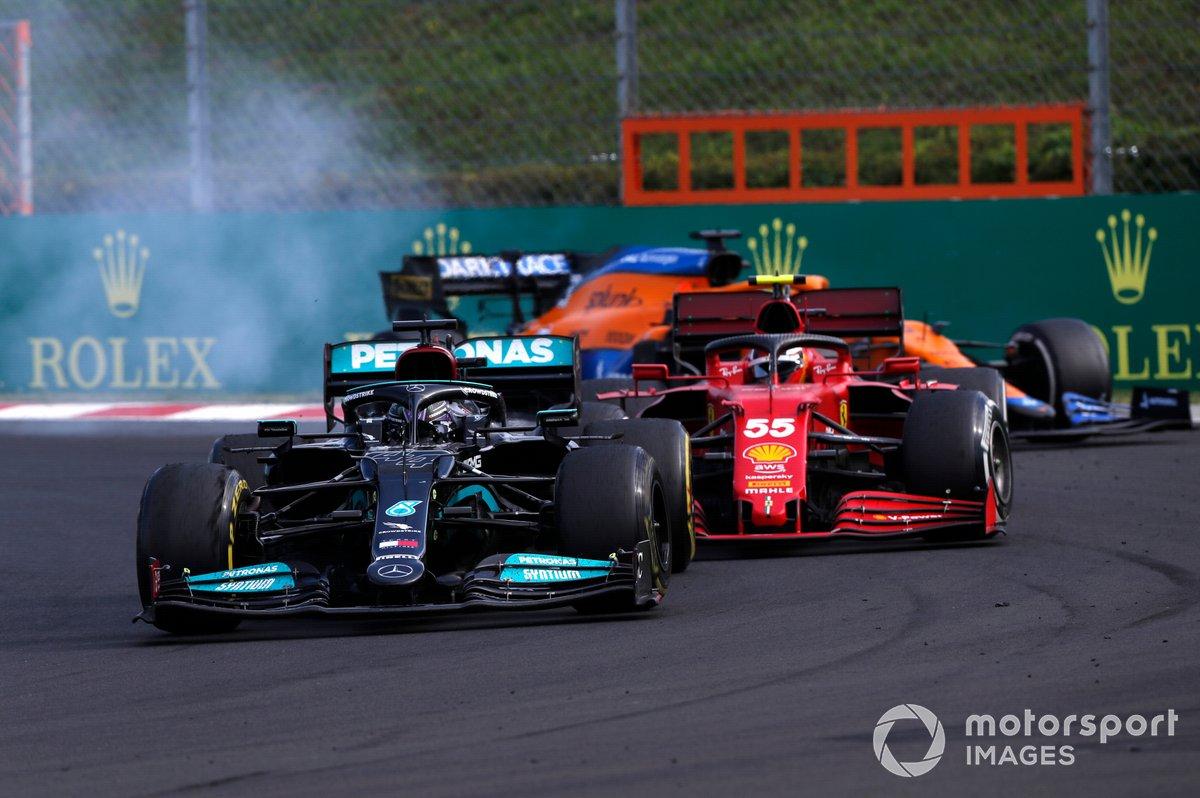 Lewis Hamilton, Mercedes W12, pasa a Carlos Sainz Jr., Ferrari SF21