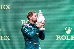 Le deuxième Sebastian Vettel, Aston Martin, avec son trophée