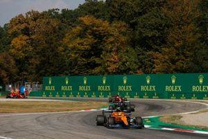 Lando Norris, McLaren MCL35M, Lewis Hamilton, Mercedes W12, Charles Leclerc, Ferrari SF21, en Carlos Sainz Jr, Ferrari SF21.