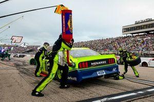 Ryan Blaney, Team Penske, Ford Mustang Menards/Tarkett pit stop