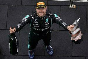 Valtteri Bottas, Mercedes, met zijn trofee