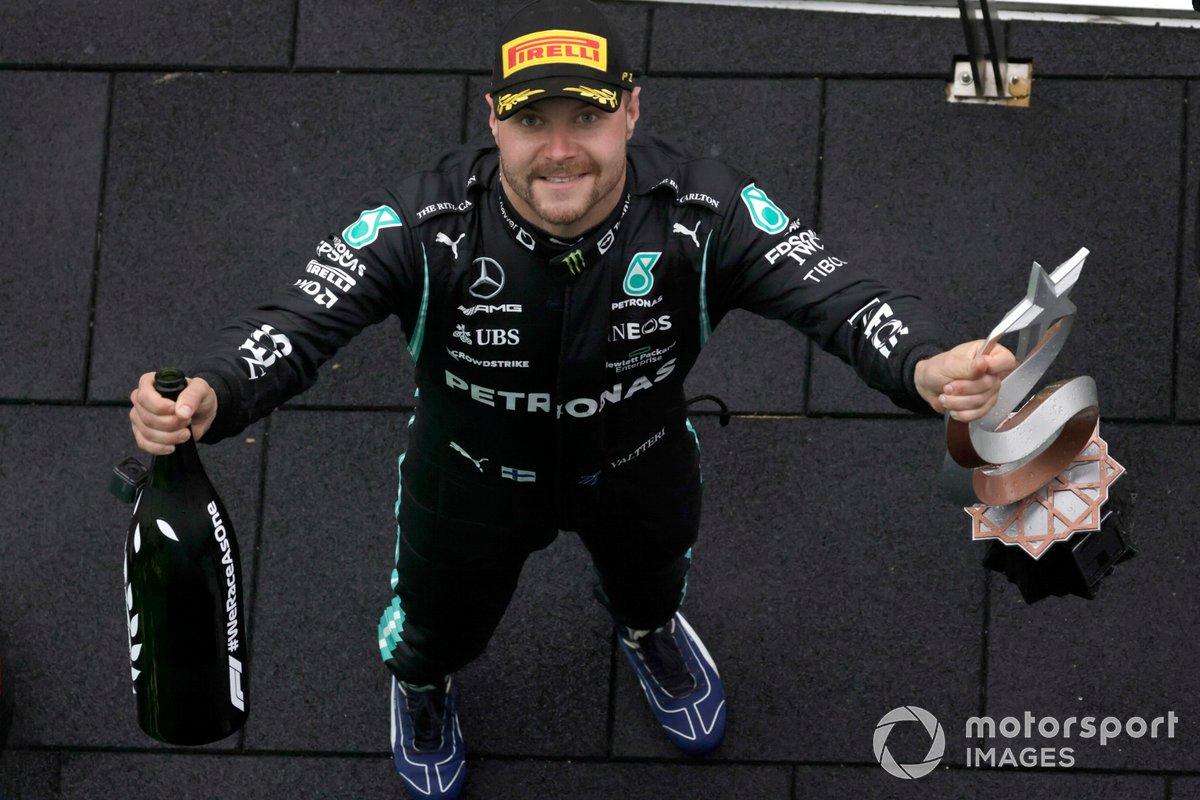 Valtteri Bottas, Mercedes, 1a posizione, con il suo trofeo e lo Champagne