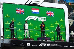 Red Bull-afgevaardigde, George Russell, Williams, 2e plaats, Max Verstappen, Red Bull Racing, 1e plaats, en Lewis Hamilton, Mercedes, 3e plaats, op het podium