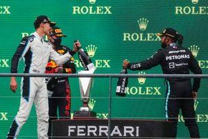 George Russell, Williams, 2e plaats, Max Verstappen, Red Bull Racing, 1e plaats, en Lewis Hamilton, Mercedes, 3e plaats, op het podium