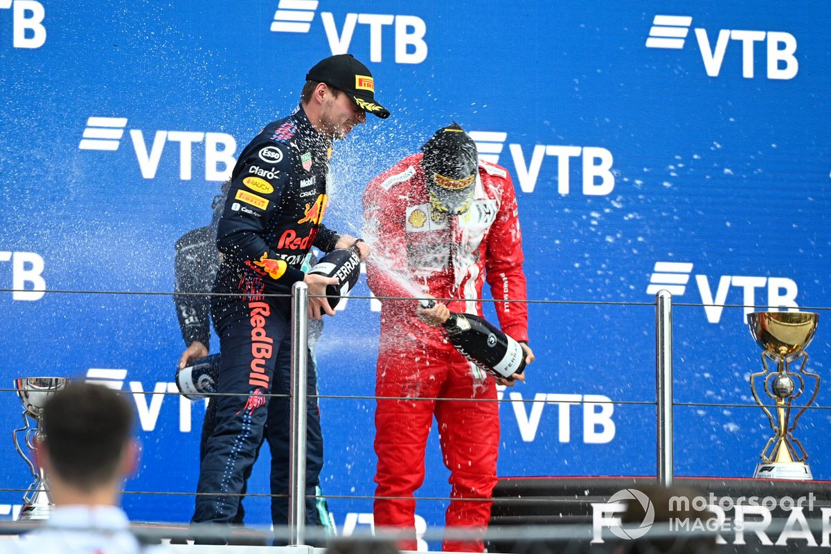Podio: segundo lugar Max Verstappen, Red Bull Racing, tercer lugar Carlos Sainz Jr., Ferrari