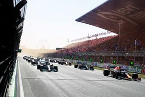 Max Verstappen, Red Bull Racing RB16B, Lewis Hamilton, Mercedes W12, Valtteri Bottas, Mercedes W12, and the rest of the filed wait for the lights to go out at the start