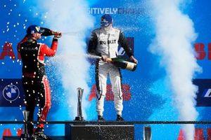 Norman Nato, Venturi Racing, 1e plaats, Oliver Rowland, Nissan e.Dams, 2e plaats, met Champagne op het podium