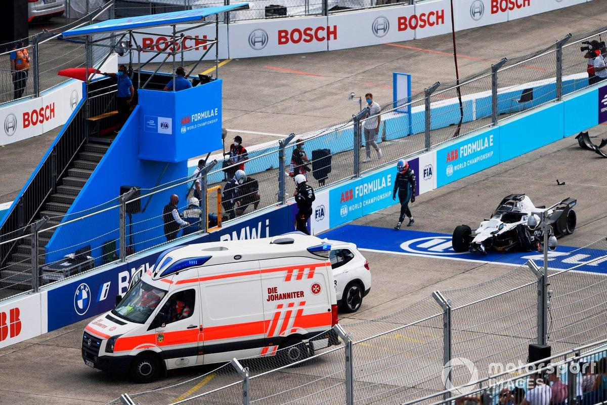 Los oficiales de pista asisten el coche de Edoardo Mortara, Venturi Racing, Silver Arrow 02, tras un accidente en la línea de salida