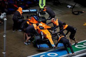 Daniel Ricciardo, McLaren MCL35M, vuelve al garaje