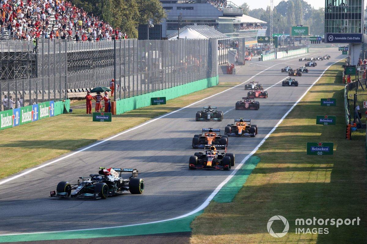 Valtteri Bottas, Mercedes W12, Max Verstappen, Red Bull Racing RB16B, e Daniel Ricciardo, McLaren MCL35M