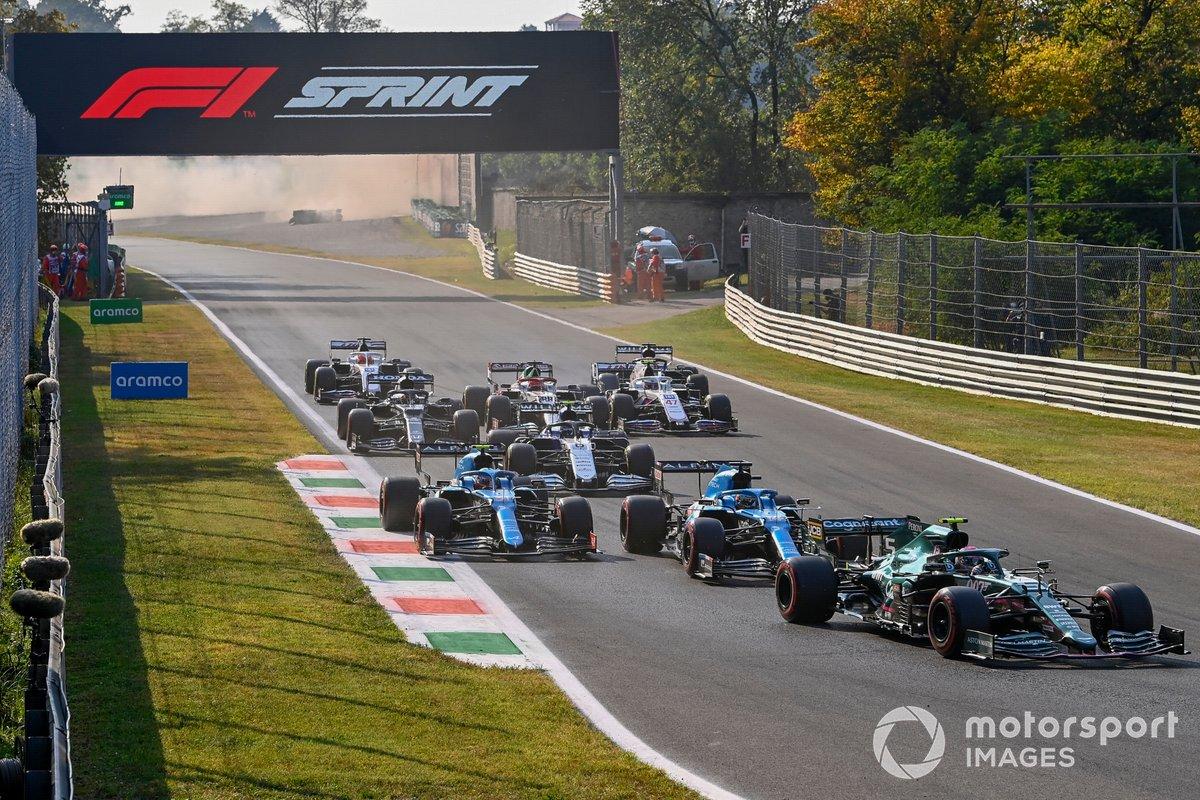 Sebastian Vettel, Aston Martin AMR21, Fernando Alonso, Alpine A521, Esteban Ocon, Alpine A521